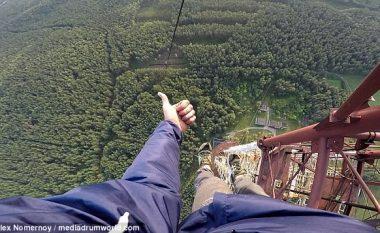 Me njërën dorë i kapur, varet nga kulla 370 metra e lartë - vetëm për tu bërë i famshëm në internet (Video)