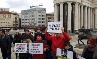 Kanë filluar protestat kundër rikualifikimit të lëndës në rastin e Almir Aliut (Foto)