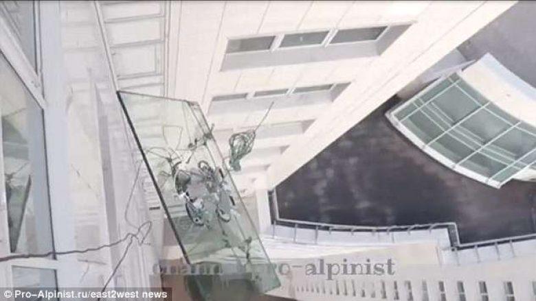Punonjësve iu rrëshqiti paneli i xhamit nga kati i 47të (Video)