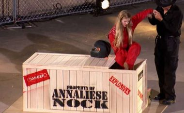Futet në kutinë e drurit plotë me eksploziv për të impresionuar jurinë, pas shpërthimit të fuqishëm vajza shfaqet shëndoshë e mirë (Video)