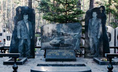 """Makina, bizhuteri dhe pije - """"dekorimet"""" e varrezave të mafiozëve rusë (Foto)"""