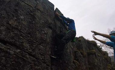 Ngjitja në shkëmbinj nuk shkoi si duhet, pjesa e shkëputur gati i ra sipër (Video)