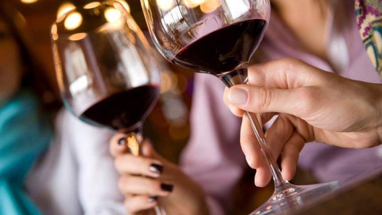 Antioksiduesi që gjendet në verë të kuqe mund t'ua lehtësojë dhimbjen miliona personave të prekur me artrit