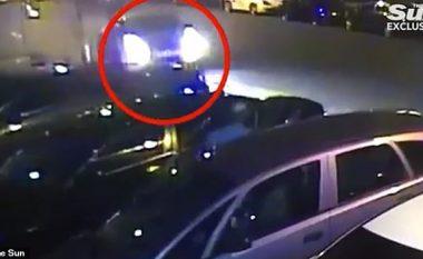 Momenti kur vetura futet me shpejtësi në drejtim të këmbësorëve, afër një xhamie në Londër (Video)