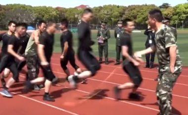 Zjarrfikësit kinezë demonstrojnë shkathësitë, kërcyen së bashku në litar 577 herë brenda tre minutave (Video)