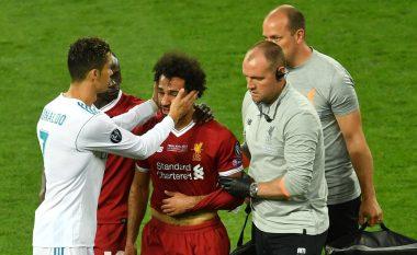Në fund, futbolli bashkon të gjithë: Ronaldo la rivalitetin anash dhe ngushëlloi Salahun gjatë daljes nga fusha
