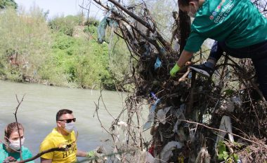 Fotografia në revistën amerikane mobilizon kosovarët, 200 thasë mbeturina largohen nga lumi Erenik