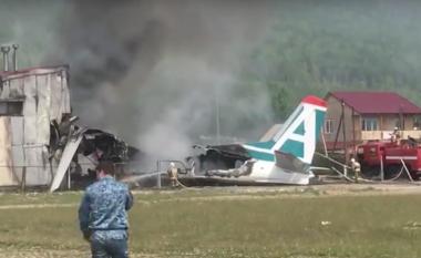 Po tentonte një ulje emergjente, aeroplani rrëshqet dhe përplaset për një ndërtesë – dy të vdekur në Rusi (Video)