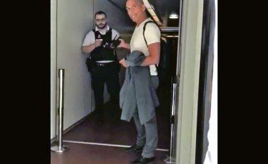 Ish-ministri grek Yanis Varoufakis filmohet duke u grindur me policin francez në aeroportin e Parisit
