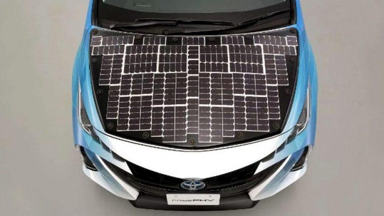 Toyota po punon në një makinë me energji diellore