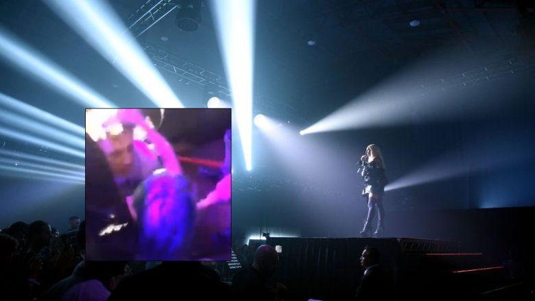Lady Gaga rrëzohet nga skena gjatë vallëzimit me një fans