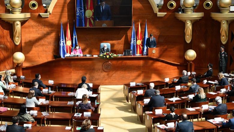 Maqedoni: Sot në Kuvend diskutohet për mbajtjen e maskës në ambient të hapur dhe kufizimin e numrit të mysafirëve