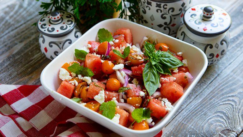 Sallatë me shalqi, domate dhe djathë: Provojeni, shija e saj do t'ju mrekullojë